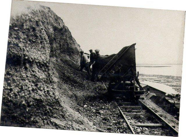 В карьере на «Лисихе». Грунт разрабатывается для отсыпки проходов на правом берегу. Май 36г.