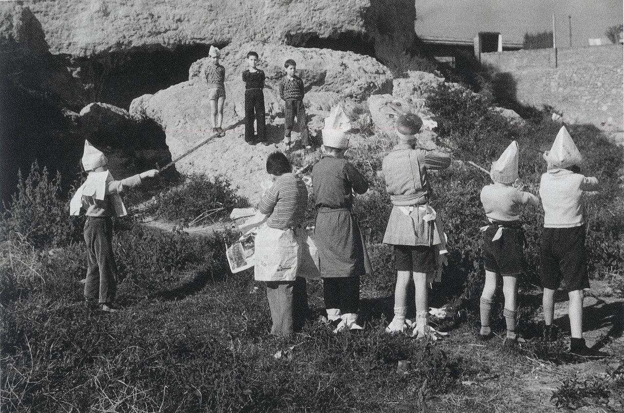 Дети в Барселоне играют в расстрел. Испания,1936 г.