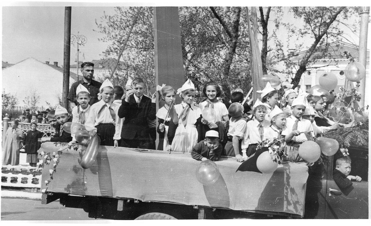 1960-е. Первомайская демонстрация на улице Карла Маркса