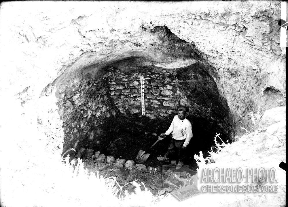 Рабочий на раскопках водосборной цистерны в центральной части городища