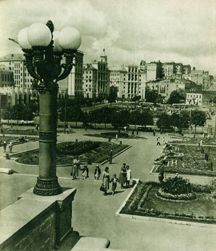 В післявоєнні роки здійснюється реконструкція площі ім. Калініна. З лівого боку її вже височать нові багатоповерхові будинки.