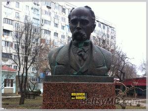 В Бельцах снова осквернен памятник поэту Шевченко
