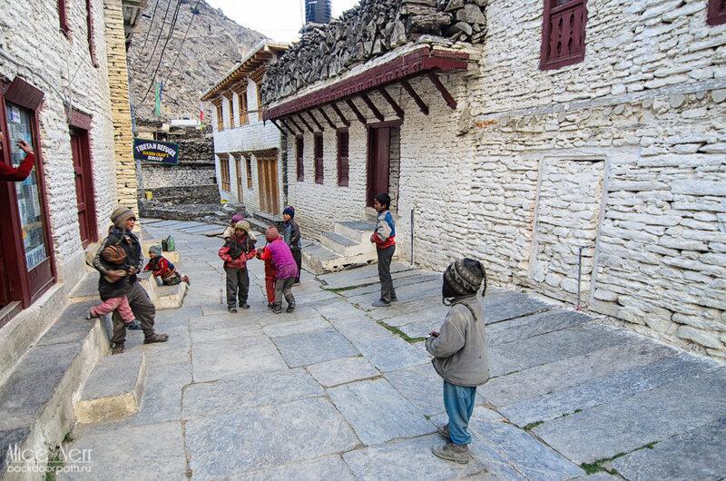 дети на главной улице Марпы, Непал
