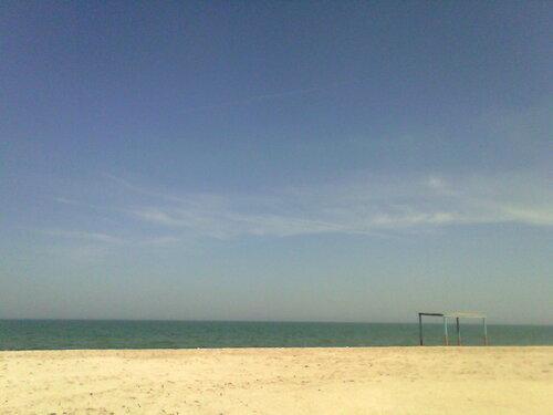 безлюдный морской пляж в мае
