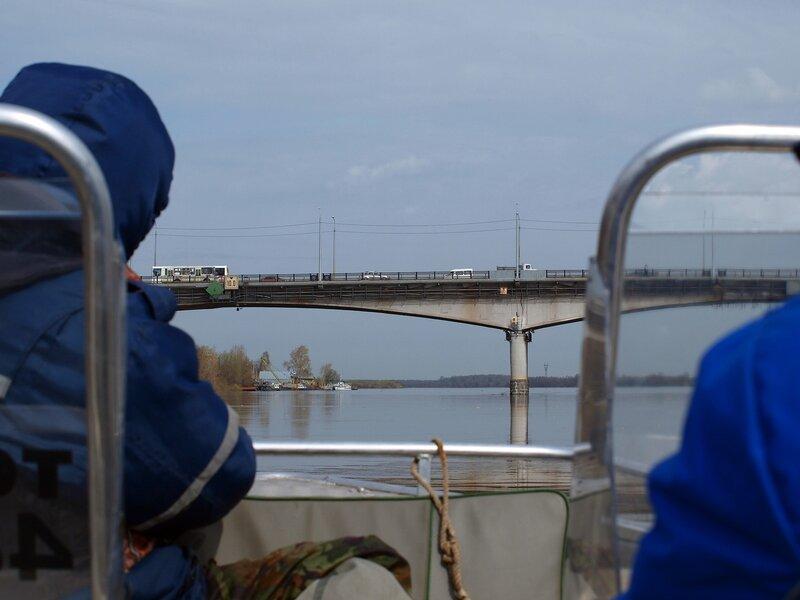 В лодке со спасателями и старый мост P4281355