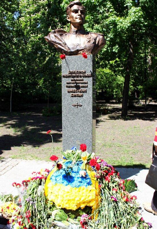 Цветы у памятника Ахмет-Хан Султана