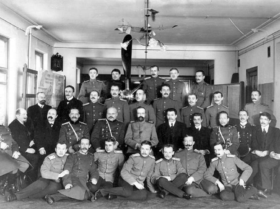 Группа курсантов 1-го выпуска с командующим и преподавательским составом курсов. Санкт-Петербург. 1912г.jpg