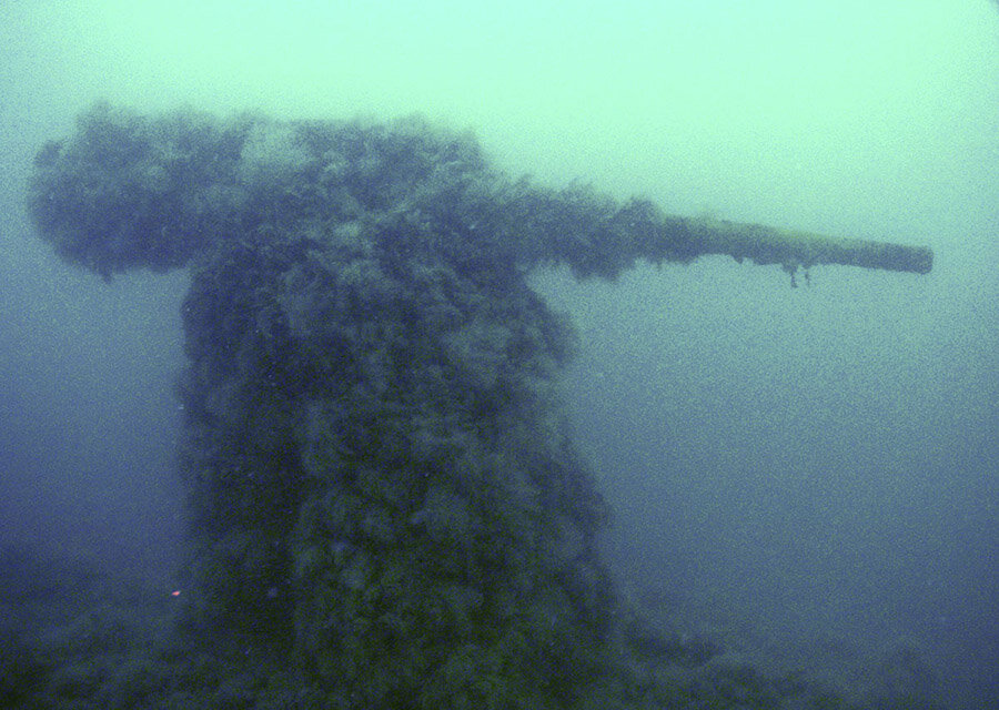 Орудие подводной лодки Щ-211 под водой