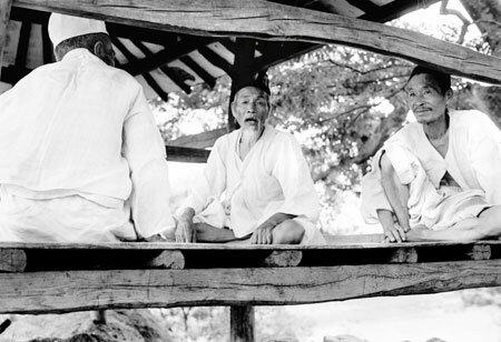 «Друзья», снятые японским фотографом Такуми Фудзимото в 1970-80-ых годах в Корее, можно было видеть в Корейском Культурном Центре в Токио с 16 по 31 января. /Фото предоставлено Национальным Музеем Народного Творчества Кореи