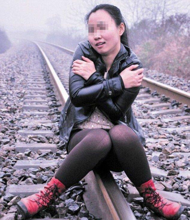 Китаянка решила сфотографироваться на фоне поезда