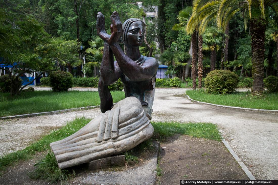 Абхазская женщина держит ладони к верху. Монумент установленный в Гаграх