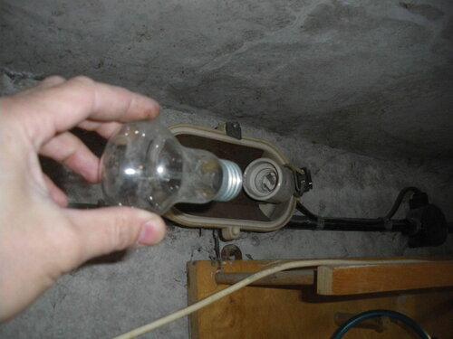Фото 15. После переборки гаражного щита можно использовать 220-вольтные лампочки.