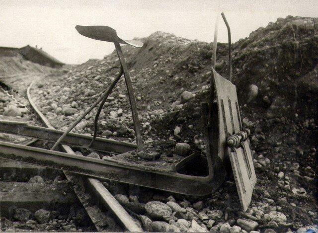 Приспособление к трактору устроенное для механизированного разравнивания грунта насыпи на левом берегу. Июль 36г.