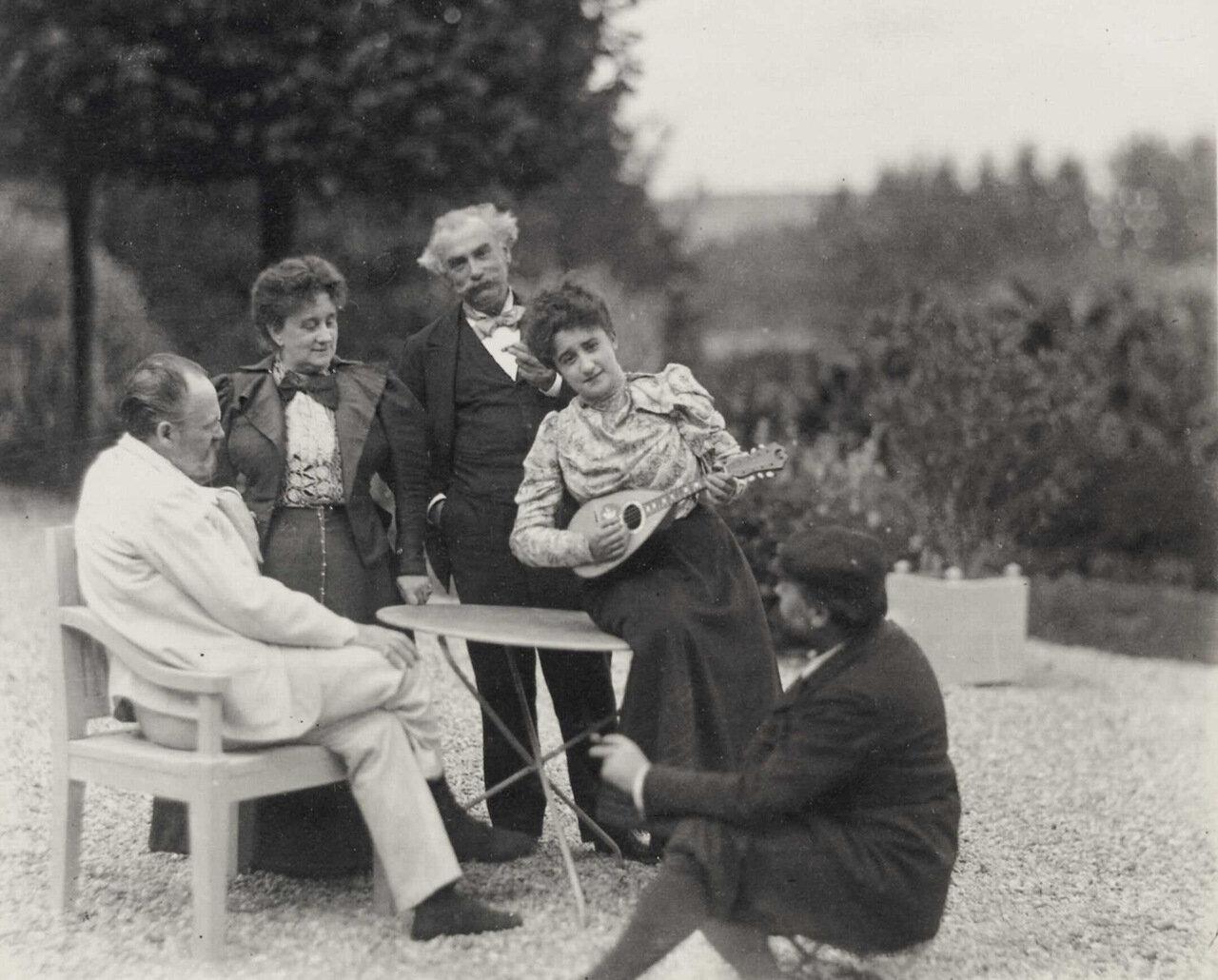 В саду Медан - Золя с женой и Шарпантье, на переднем плане гравер Деймоулин