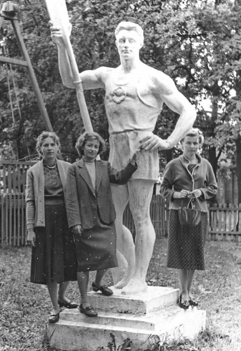 Скульптура спортсмена с веслом в Петровском парке начала 1970-х.