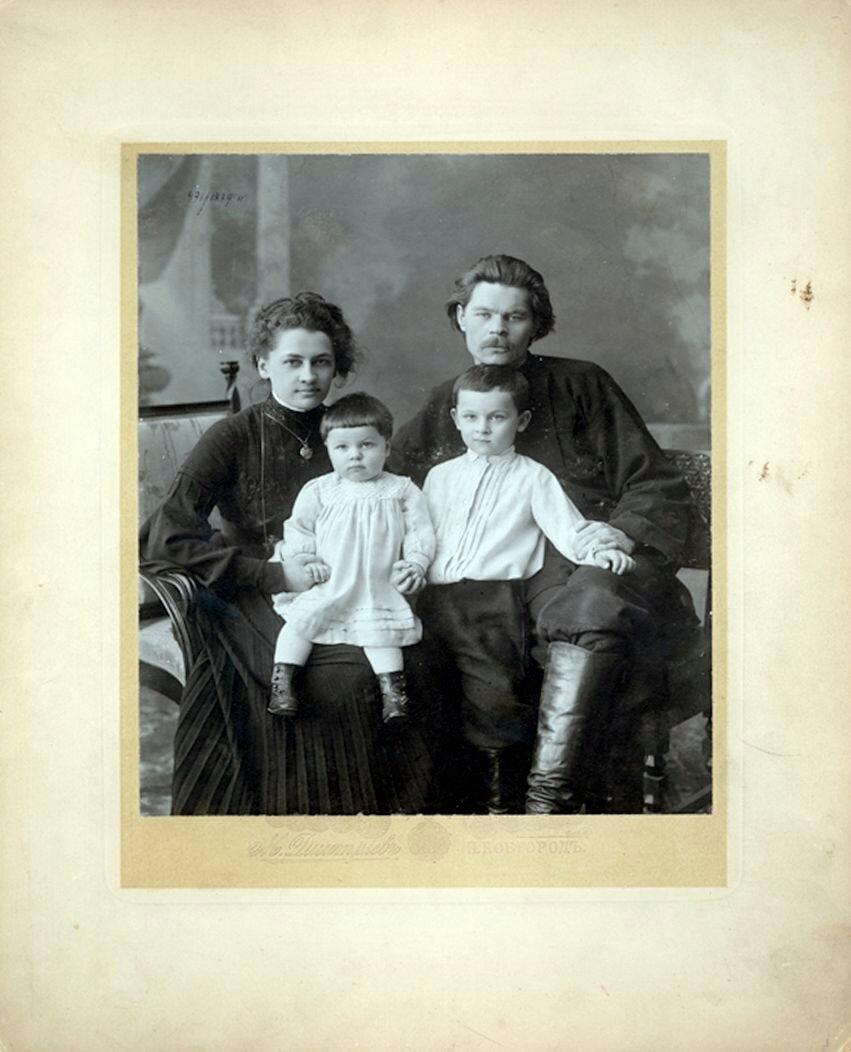 А.М Горький с семьей.
