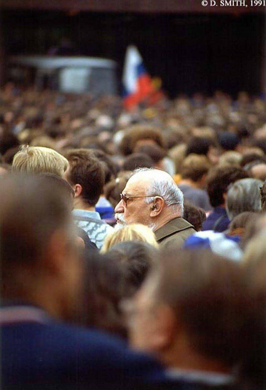 Толпа слушает речи ораторов после провала путча