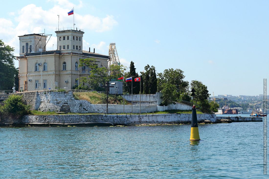 В этом здании с 1916 по 1919 год жил Командующий Черноморский флотом адмирал Александр Васильевич Колчак