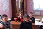 Дети слушают выступление агитбригады