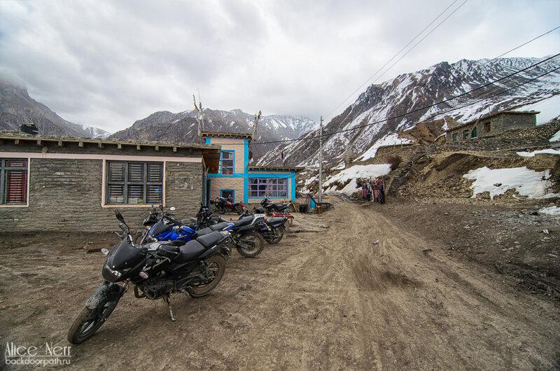 Джиповая дорога в Муктинатхе заканчивается, а мотоциклы ездят дальше по местным тропам, гималаи, непал