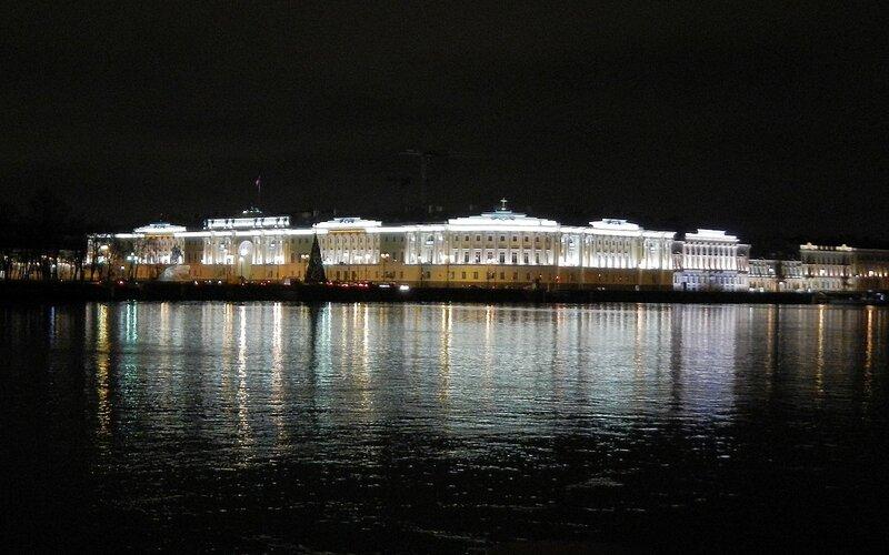 Здание Сената и Синода ночью, вид с Университетской набережной