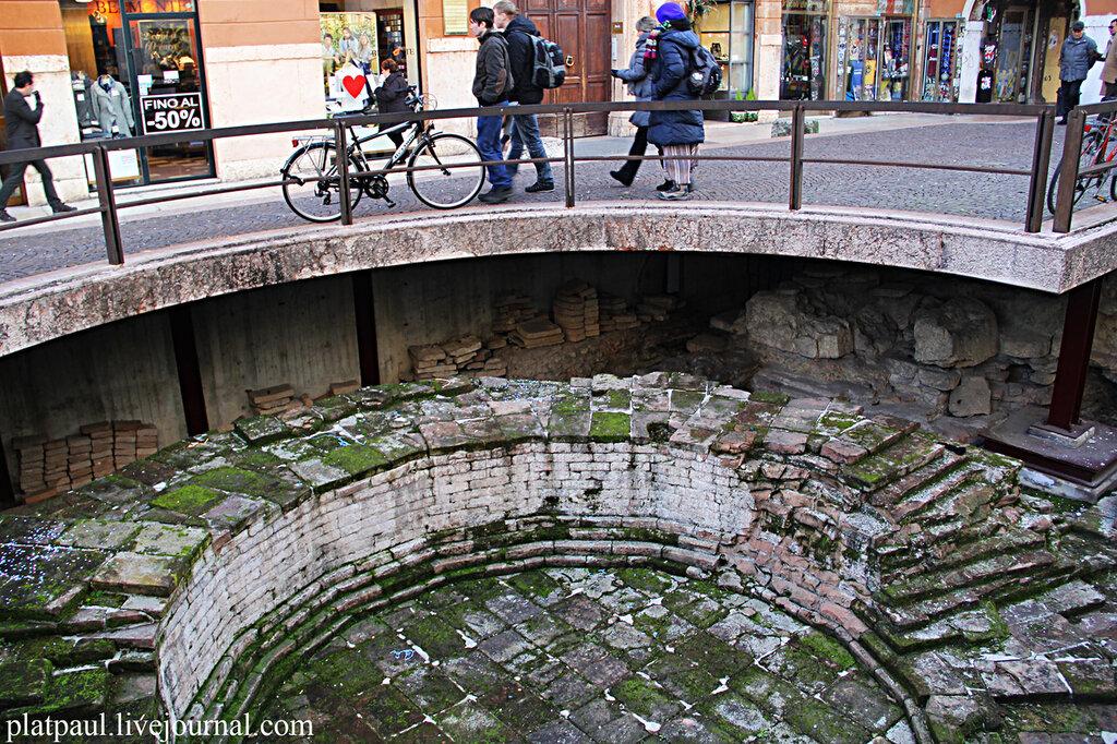Верона.  Вот так здорово, прямо в центре города сохраняются остатки античных руин.
