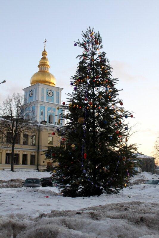 Новогодняя елка перед МИД Украины