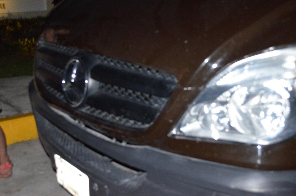 """Фото. Авария в Мексике. Самостоятельное путешествие. Небольшие повреждения водитель микроавтобуса """"доработал"""" монтировкой"""