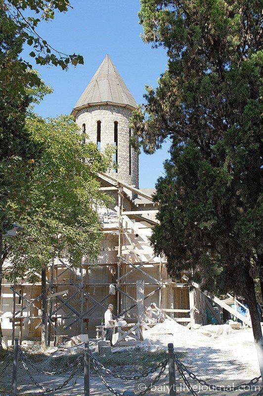 В Амбролаури достраивают новую церковь