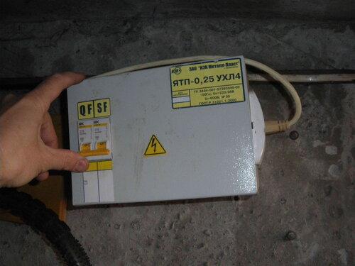 Фото 16. После переборки гаражного щита и установки на место его крышки можно включить автомат.