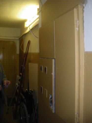 Фото 1. Этажный щит. Общий вид. Дверь отделения автоматических выключателей закрыта плотно из-за тугого запорного механизма.