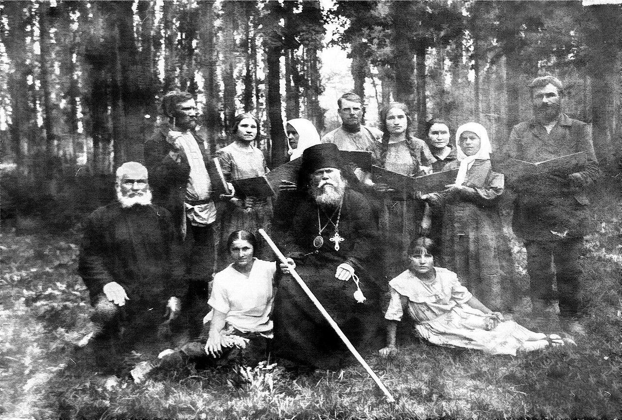 Епископ с верующими Семиречья.Пржевальск