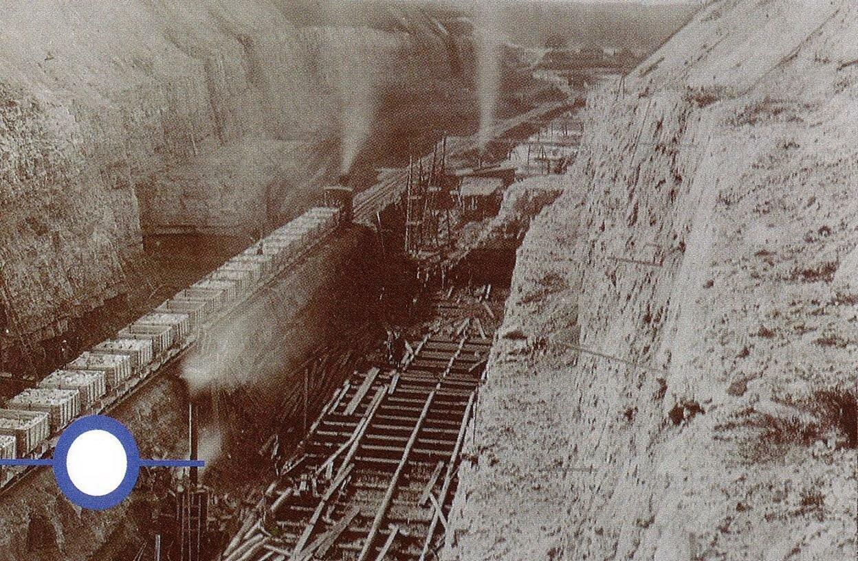 Девятинский перекоп. Паровоз ведёт гружёный состав. 1893
