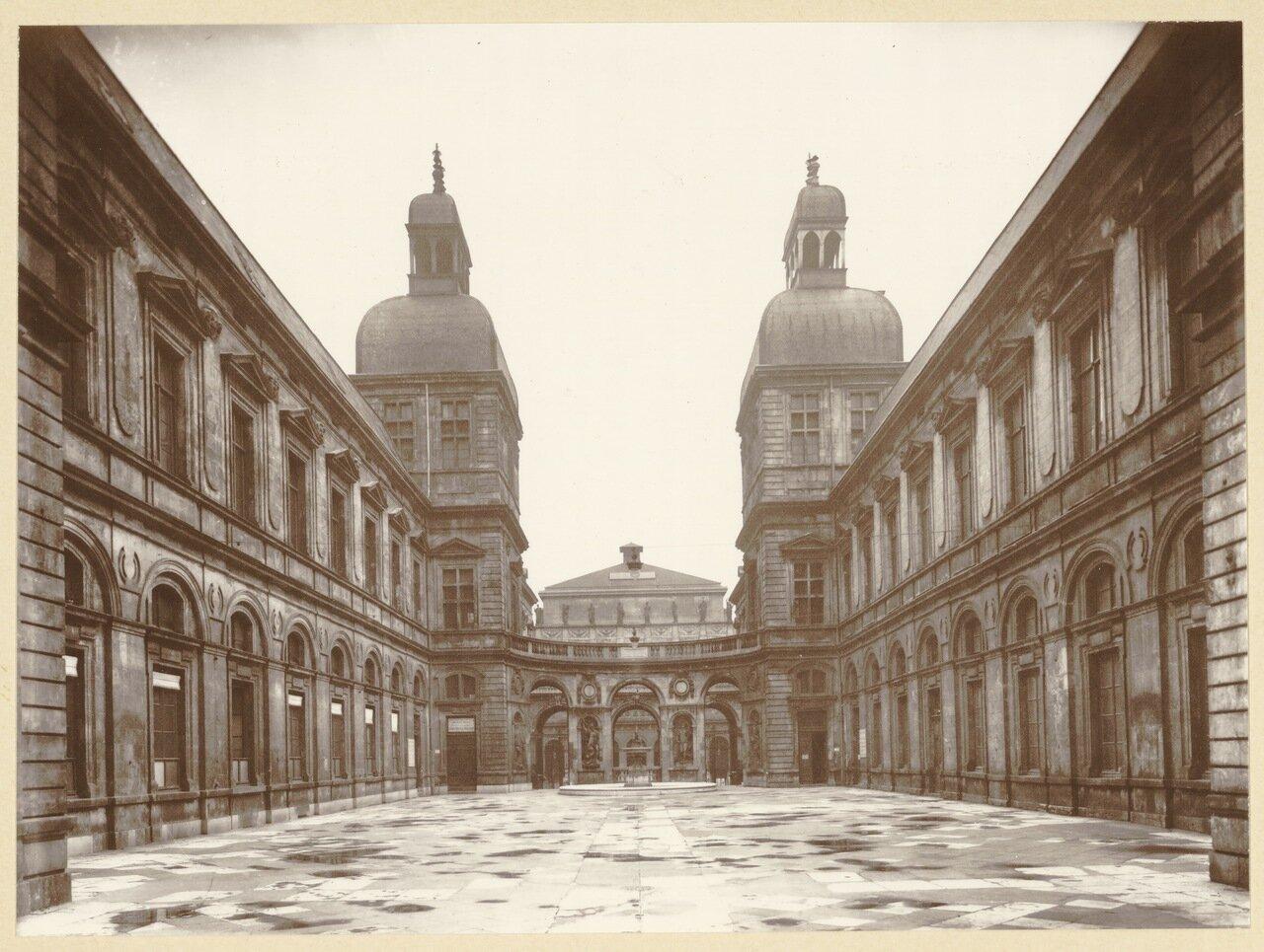 1930-е. Во дворе отеля де Лион