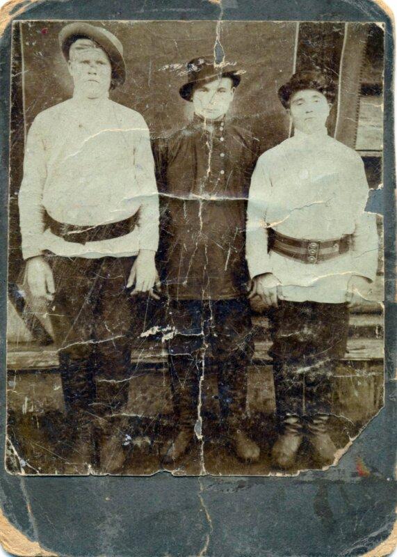 Трое рабочих с Леонидовского завода