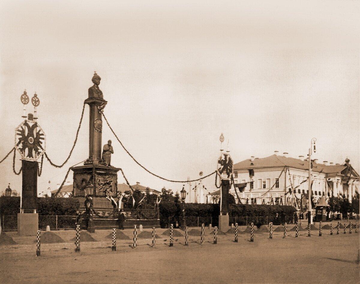 Памятник М.Романову и И.Сусанину с праздничными гирляндами.
