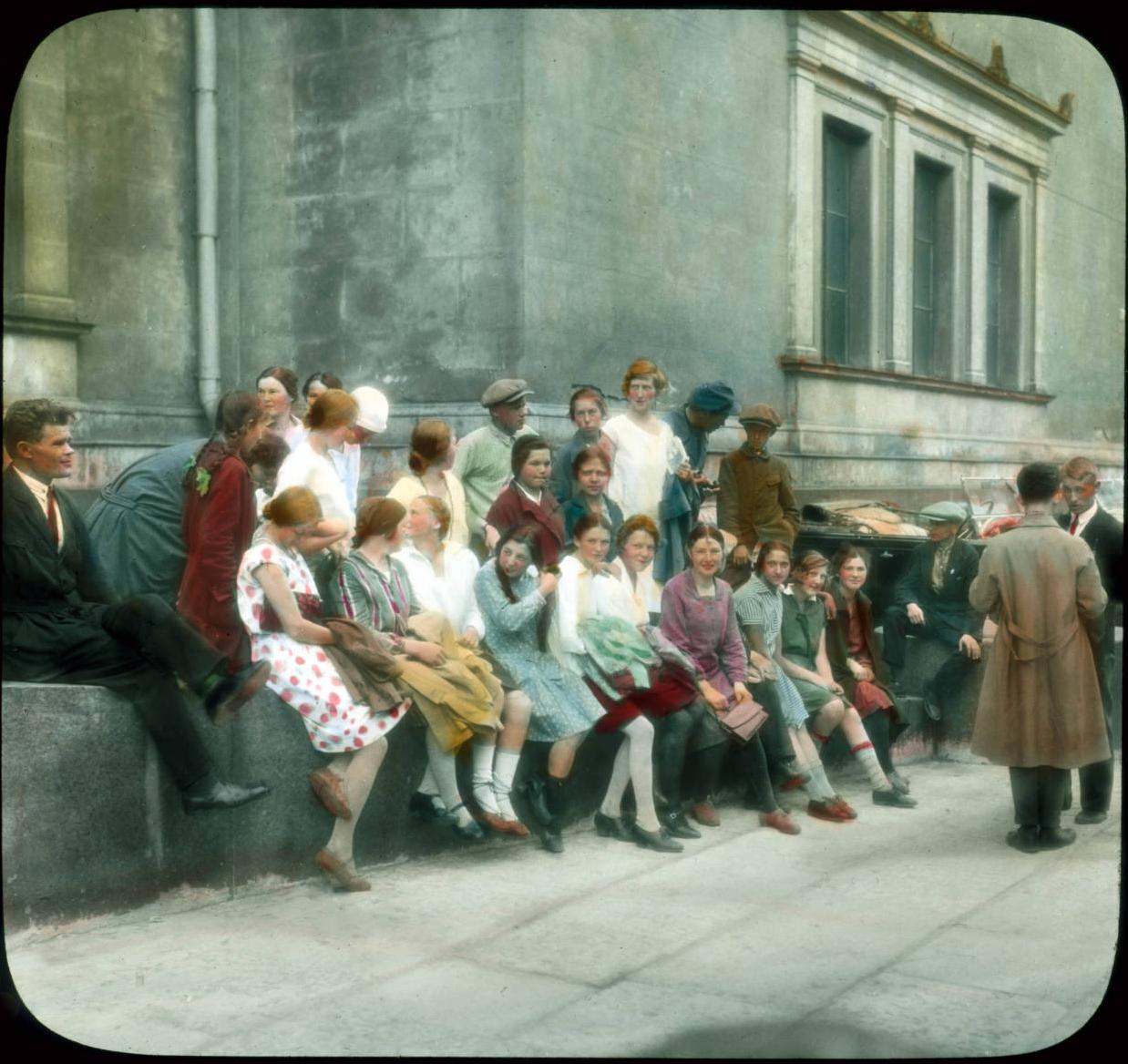 Санкт-Петербург. Эрмитаж (Новый Эрмитаж), посетители возле музея