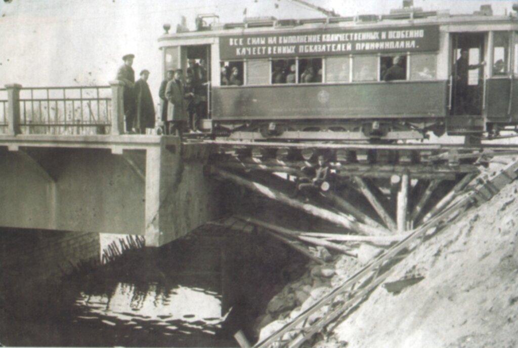 Проезд первого вагона по восстановленному мосту через Тьмаку