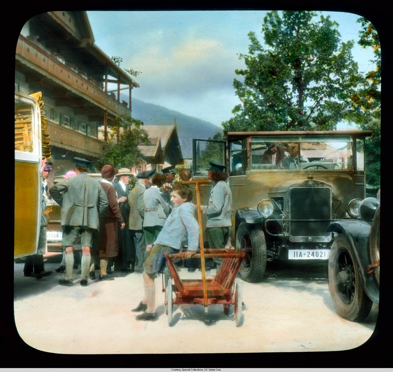 Обераммергау. Туристы возле автомобиля