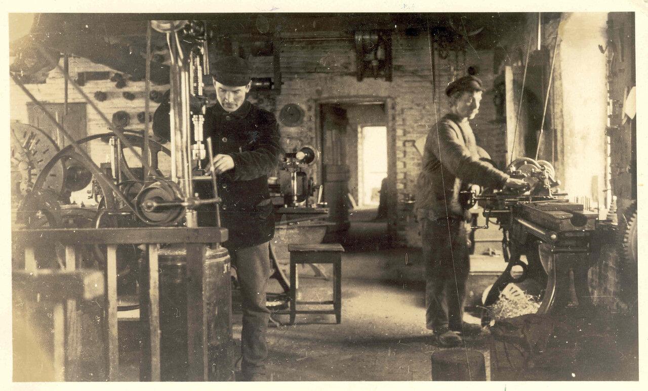Братья Крюгер в мастерской
