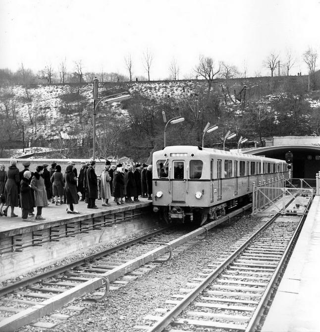 1960.12. Поезд прибывает на станцию метро Днепр. Фото: Примаченко А.