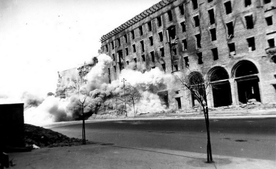 1943-1944. Фото: Давидзон Я.Б. Разрушенное здание на Хрещатике