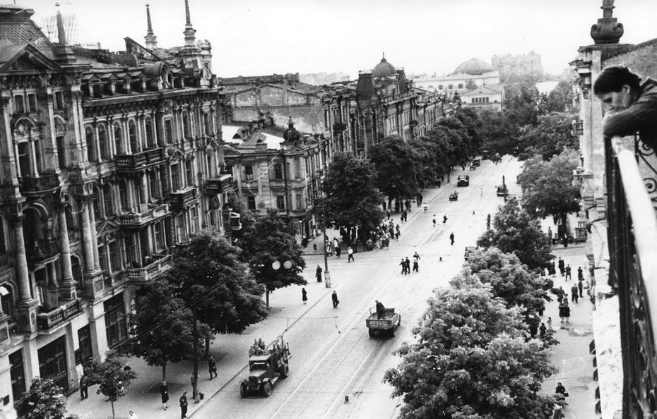 1946. Панорама улицы Владимирской, поворот влево - улица Свердлова (теперь улица Прорезная), вправо - улица Ворошилова (теперь улица Ярославов Вал)