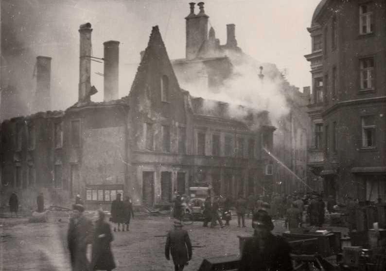 Тушение пожара на руинах на углу улиц Вана-Пости и Суур-Карья в Таллинне после мартовской бомбардировки.jpg