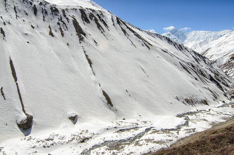горы, непал, гималаи, горная река под снегом