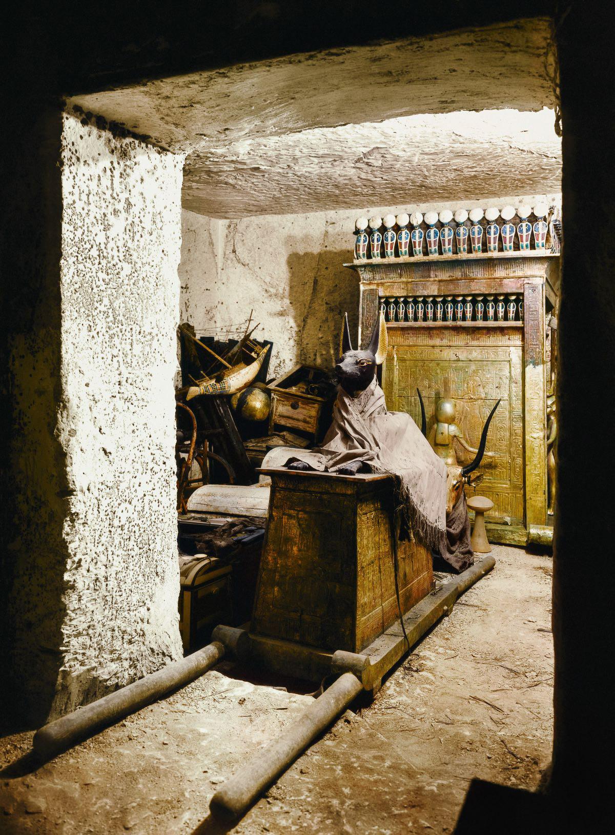 Статуя Анубиса на погребальных носилках из сокровищницы гробницы.