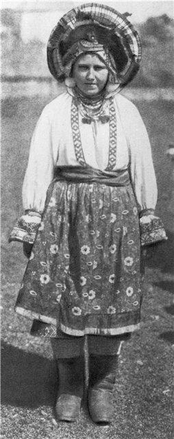 Молодая женщина в праздничном костюме Орловской губернии. Начало XX в.