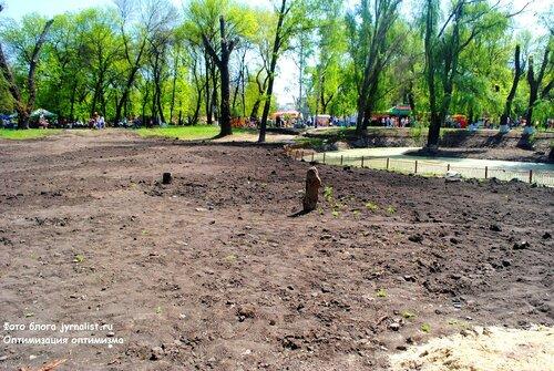 засыпали лужу в парке 1 мая
