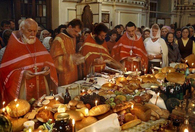 Одесса. Православные священники благословляют еду на Пасху. 1988 год.