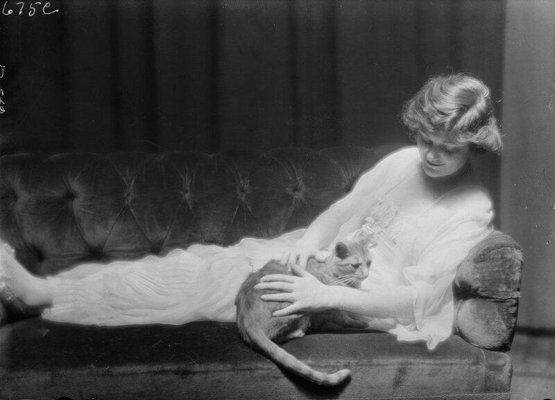Арнольд Генте — еще один нью-йоркский фотограф. У него в студии жил кот Баззер. На фото — мисс Энн Мердок с Баззером.
